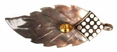 """Anhänger """"Blatt"""", 925er Silber, vergoldet, Perlmutt mit tropfenförmigem Citrin, Maße mit Öse ca. 7,"""