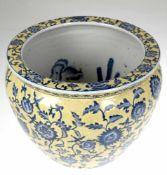 Übertopf, China, 20. Jh., Porzellan, mit blauer, polychrohmer Blumenmalerei auf gelben Grund, H. 24