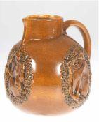 Jugendstil-Schenkkanne, Westerwald um 1910/1915, Steinzeug, dreiseitig abgeflachte Form mit