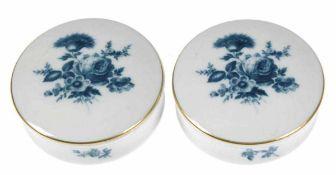 Paar Meissen-Deckeldosen, rund, Blaues Blumenbukett mit Goldrändern, Aquatinta, 1. Wahl, Dm. 7 cm