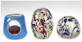 3 Paperweights, farbloses Glas weiß und blau überfangen, mit Flächenschliff, im Inneren Millefiori-