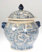 Deckel-Terrine, China, 20er Jahre, Keramik, mit floraler Blaumalerei, 2 Handhaben als Löwenkopf,