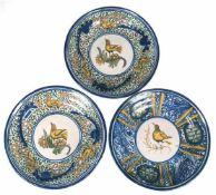 3 große Majolika-Teller, Spanien, Manises 19. Jh., polychromer Vogeldekor, gemuldete Form, Ränder 3