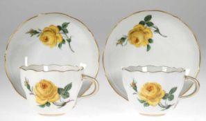 Paar Meissen-Tassen mit UT, Gelbe Rose, blaue Schwertermarke, 2 Schleifstriche
