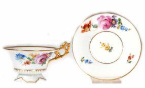Stadt Meißen-Tasse mit UT, geschweifte Form, mit Blütenstaffage und Goldrand, Gebrauchspuren, ovale