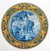 Majolika-Wandteller, flache Form mit leicht ansteigender Fahne, im Spiegel kobaltblau gemalte Don-