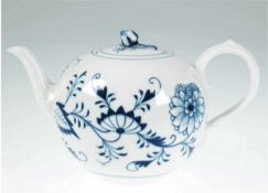 Meissen-Teekanne, Ende 19. Jh., Zwiebelmuster, 1. Wahl, Deckelblüte repariert, H. 15 cm Meissen-