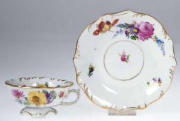 Stadt Meissen-Tasse mit UT, geschweifte Form, mit Blütenstaffage und Goldrand, Henkel rep., ovale