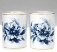 Paar Meissen- Becher, Porzellan, mit floraler Blaumalerei und Goldrand, blaue Schwertermarke, H. 10