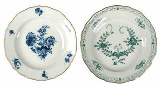 2 div. Meissen-Teller, Blaue Blume mit Goldrand (berieben), Ende 19. Jh., I. Wahl, Dm. 19,5 cm und
