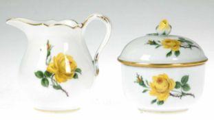 Meissen-Sahnekännchen und Zuckerdose, Gelbe Rose, blaue Schwertermarke, 2 Schleifstriche, Rose