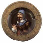 """Teller mit Porzellanmalerei """"Porträt eines Landsknechtes"""", reliefierte Messing-Fahne, Dm."""