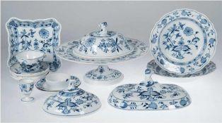 Konvolut 14 Teile Meissen, Zwiebelmuster, dabei Kuchenplatte, 2 runde Deckel und 1
