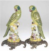 Paar Papageien, 20. Jh., Keramik mit Bronzemontierung, vollplastisch, polychrome