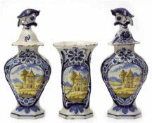 Satz von 3 Vasen, Delft um 1750, De Drie Klokken, bestehend aus 2 Deckelvasen und 1 Vase,