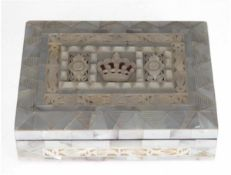 Schmuckschatulle, Holz, vollwandig besetzt mit Perlmutt, graviert und z.T. durchbrochen