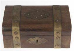 Schatulle, Holz, mit umlaufendem, reliefiertem Messingband, innen 1 Fach, Schlüssel fehlt,