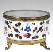 Deckeldose, Milchglas, mit Schanierdeckel, umlaufender, floraler Dekor mit Goldstaffage,