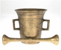 Mörser mit Pistill, um 1800, Bronze, beidseitig Handhaben, ausschwingender Rand etwas