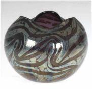 Jugendstil-Vase, im Loetz-Stil, Kugelform, mit geschwungenem Rand, lilafarbenes Glas mit