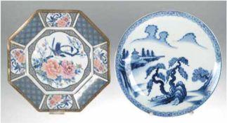 2 Teller, China um 1900, Porzellan, achteckig, mit polychromer Unterglasurmalerei und