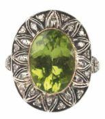Ring, 750er GG, Peridot ca. 1,4 x 1,0 cm, Brillanten ca. 0,45 ct., Größe des Ringkopfes