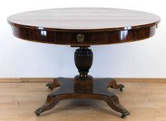 Biedermeier-Tisch, Mahagoni furniert, Fadenintarsien, über vierpassig eingebogterFußplatte