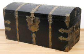 Barock-Truhe, Weichholz mit Leder bezogen, schwarz gefaßt, reicher Messingbeschlag,Schlüsse