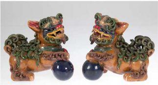 Paar Wächterlöwen, Keramik, polychrom, bemalt, 1x min. bestoßen, H. 15,5 cm