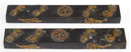 2 Briefbeschwerer, China, gemarkt, Messing mit vergoldeten Löwen- und Drachenappliken,2x22x3