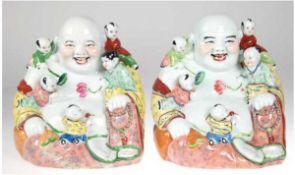 """Paar Porzellan-Figuren """"Lachender Buddha mit Kindern"""" China, gemarkt, polychrom und goldbemal"""