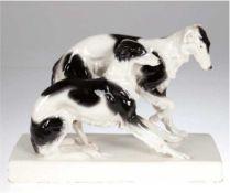 """Goldscheider-Figur """"Paar Windhunde"""", Keramik, um 1900, auf rechteckigen Sockel, polychromeBem"""