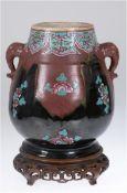 Vase, China 19. Jh., Familie Rose, braun, schwarze Laufglasur, polychrome Blumenmalerei,beids