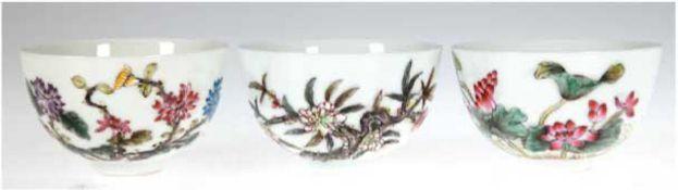 3 Tee-Schalen, Porzellan, China, mit Blumendekor, unterseitig gemarkt, sign., H. 5 cm, Dm.8 c