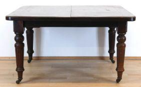 Tisch und 4 Stühle, um 1900, Mahagoni, Tisch: kannelierte, gedrechselte Beine auf Rollen,aus
