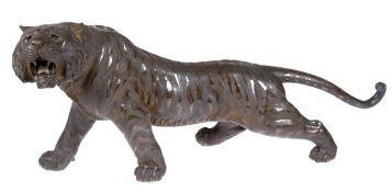 """Bronze """"Schreitender, brüllender Tiger"""", Ende des 19., auf Bauch Siegelmarke """"GenryûsaiSeiy"""