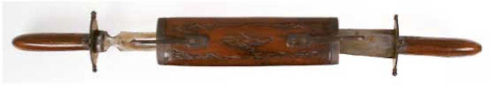 Tranchierbesteck in Holzscheide, Indien, auf kleinen Messingfüßen, Parierstangen jeweilsmit