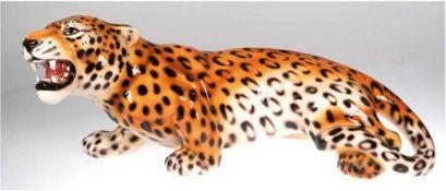 """Porzellanfigur """"Lauernder Leopard"""", glasiert und in polychromen Unterglasurfarbenstaffiert, H"""