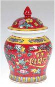Deckeldose, China, gemarkt, rot/gelber Fond mit Drachen- und Floralbemalung, H. 14,5 cm