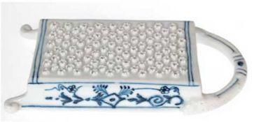 Reibe, ungemarkt, Zwiebelmuster, mit Handhabe und 2 Füßchen, L. 20,5 cm