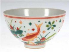 Porzellan-Schale, China, mit Fischdekor, mit Marke, polychrom bemalt, H. 6 cm, Dm. 10,5 cm