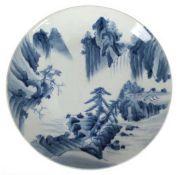 Porzellan-Platte, Japan, Meiji-Periode, runde, gemuldete Form, Landschaftsdekor inBlaumalerei