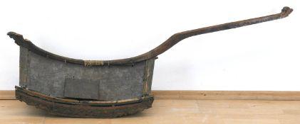 Vogeltransportbauer, Indonesien um 1900, Holz/Blech, gefaßt, beschnitzte gebogte Kufen unddu