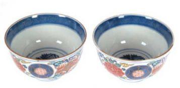2 Porzellan-Schalen, China, gemarkt, in den Farben Imari rot, balu und orange, mit blauemRand