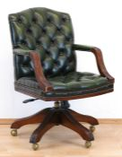 Armlehnstuhl, in der Art Chesterfield, Mahagonifuß auf Rollen, drehbar undhöhenverstellbar,