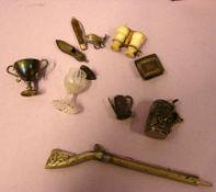 Konvolut Miniaturteile; Gläschen, Buch, Humpen, etc.