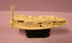 Kleines geschnitztes Schiff, auf Holzsockel, wohl Bein, L. ca. 9,5 cm