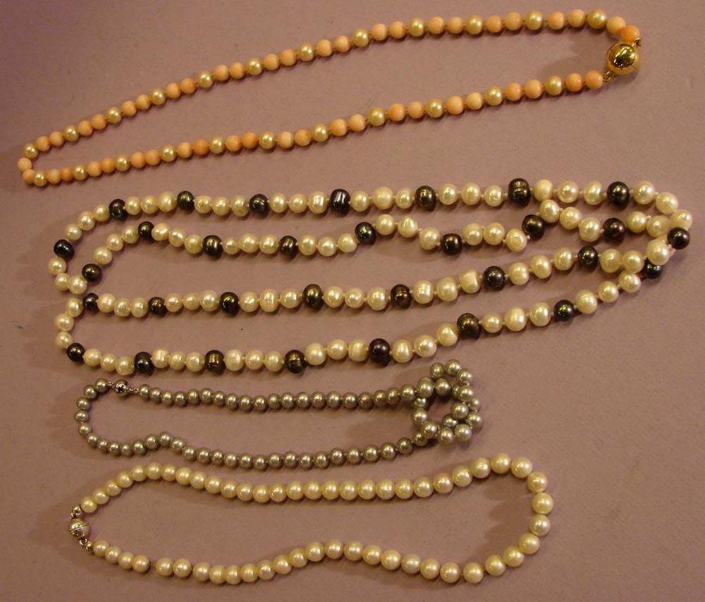 Konvolut Perlenketten; u.a. rote Kugeln mit Wachsperlen,asiatische Süsswasserperlen,Tahiti Perlenkette (klein), etc.