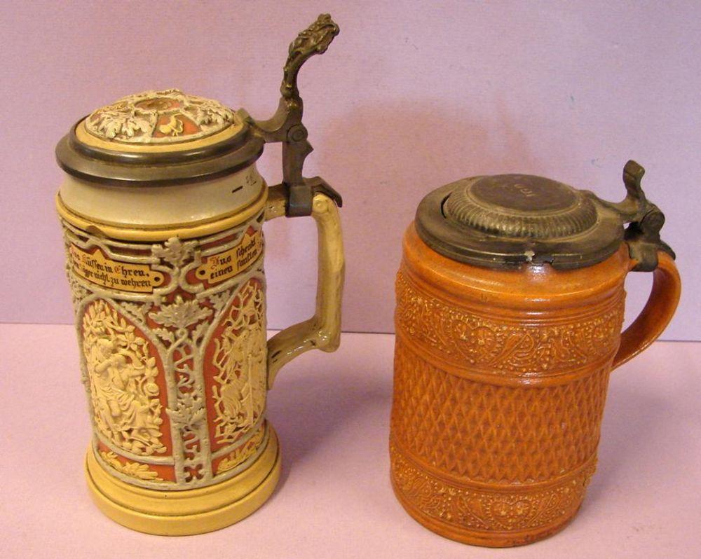 2 Krüge mit Zinndeckel, (teils beschädigt), einmal mit Trinksprüchen, H.ca. 17,22 cm