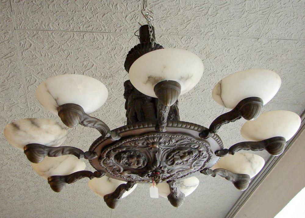 Deckenlampe, Bronze, um 1900, 9- flammig, Art Deko, Weinlaubdekor, Figurenrelief,Prägebilder, Marmorschalen (1 geklebt), elektrifiziert, Dm. ca. 73 cm (Kein Postversand)
